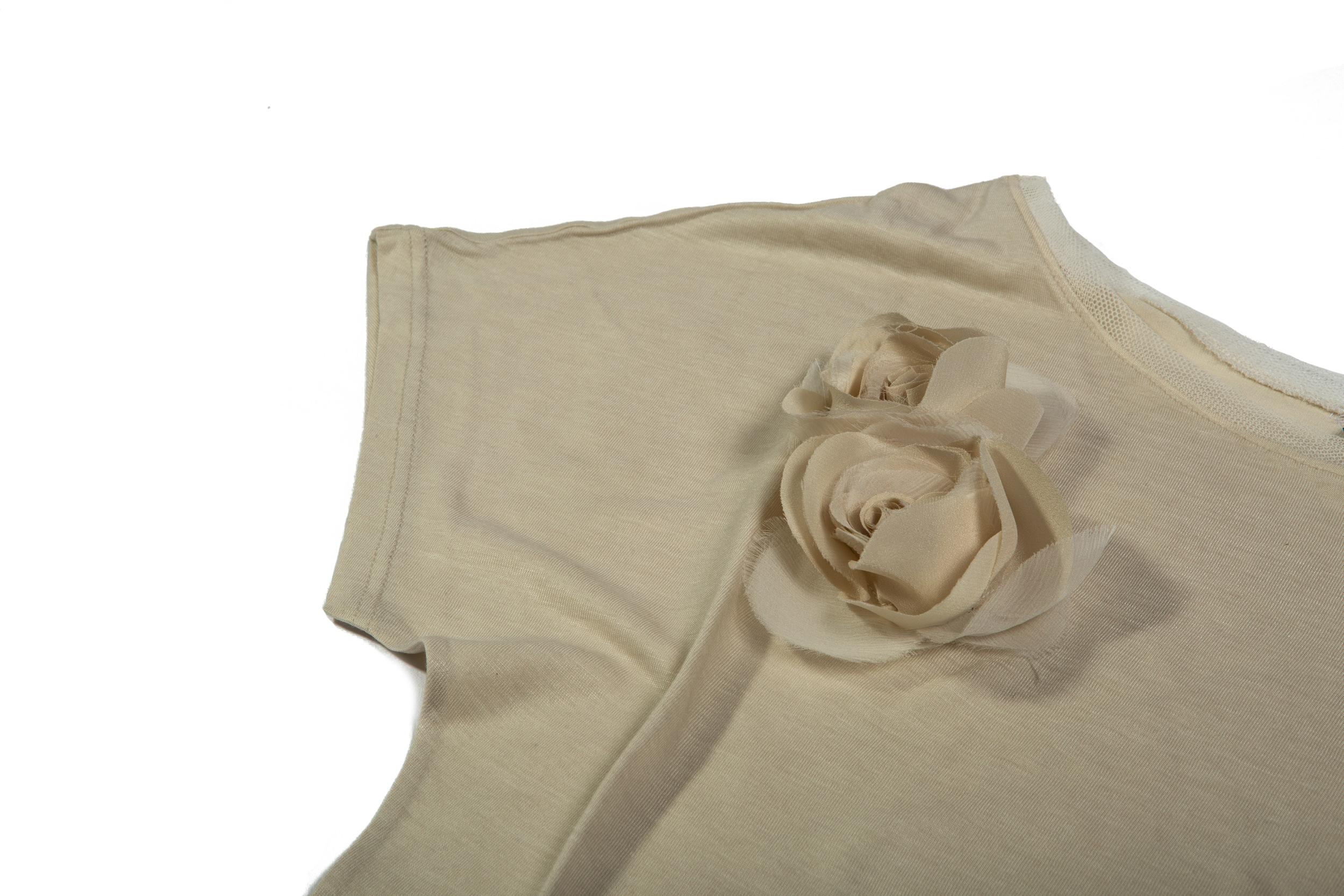 Dettaglio manica maglia in viscosa/seta con applicazione