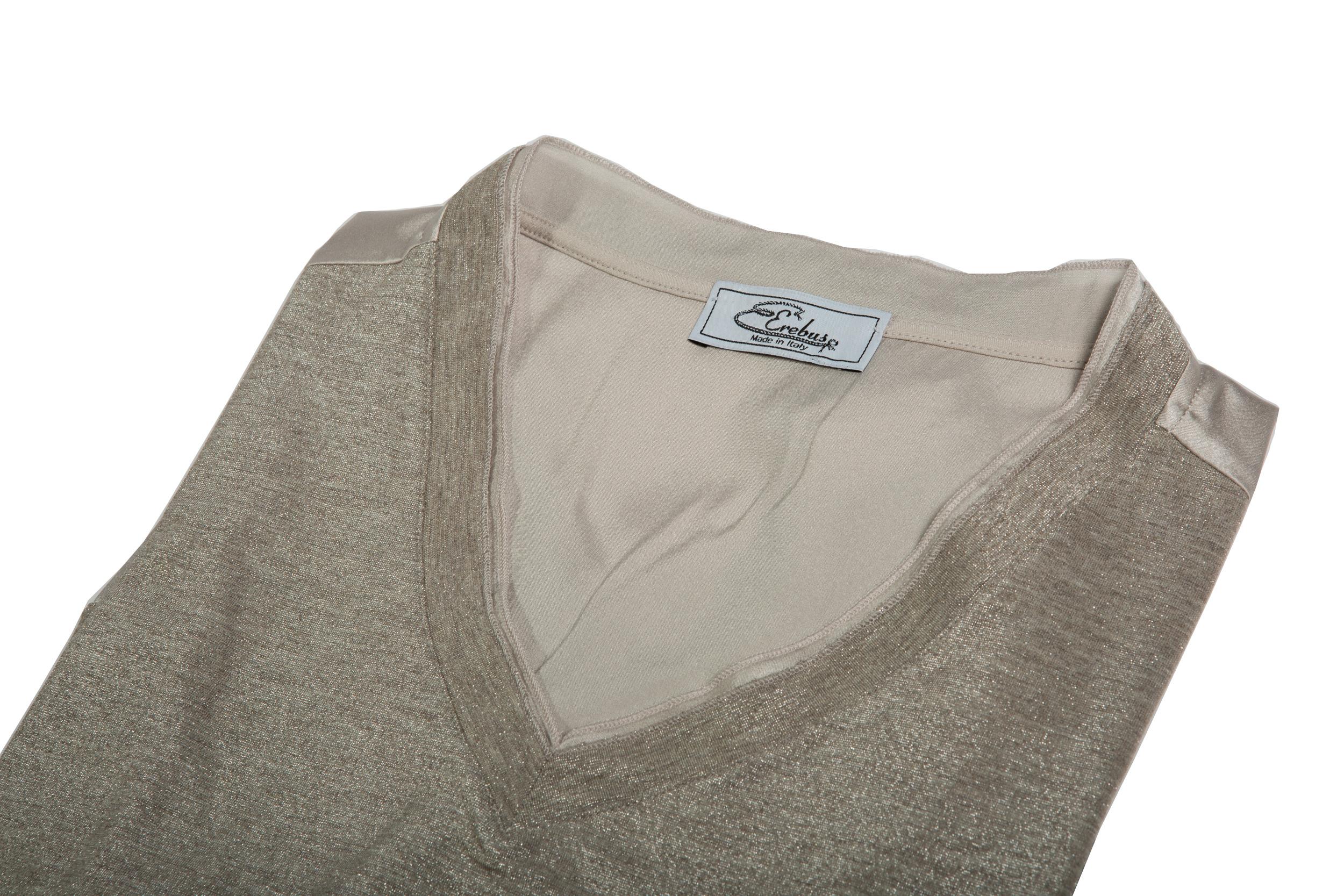 Dettaglio collo maglia scollo V jersey e lurex con inserti in seta
