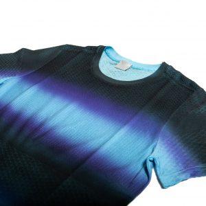 Dettaglio T-shirt multipunto con sfumatura su capo