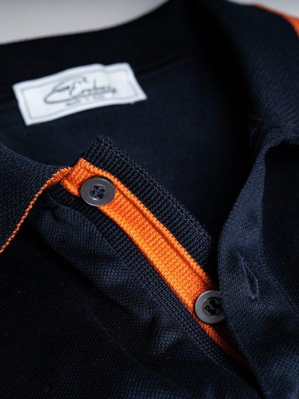 Colletto polo blu con dettagli arancio