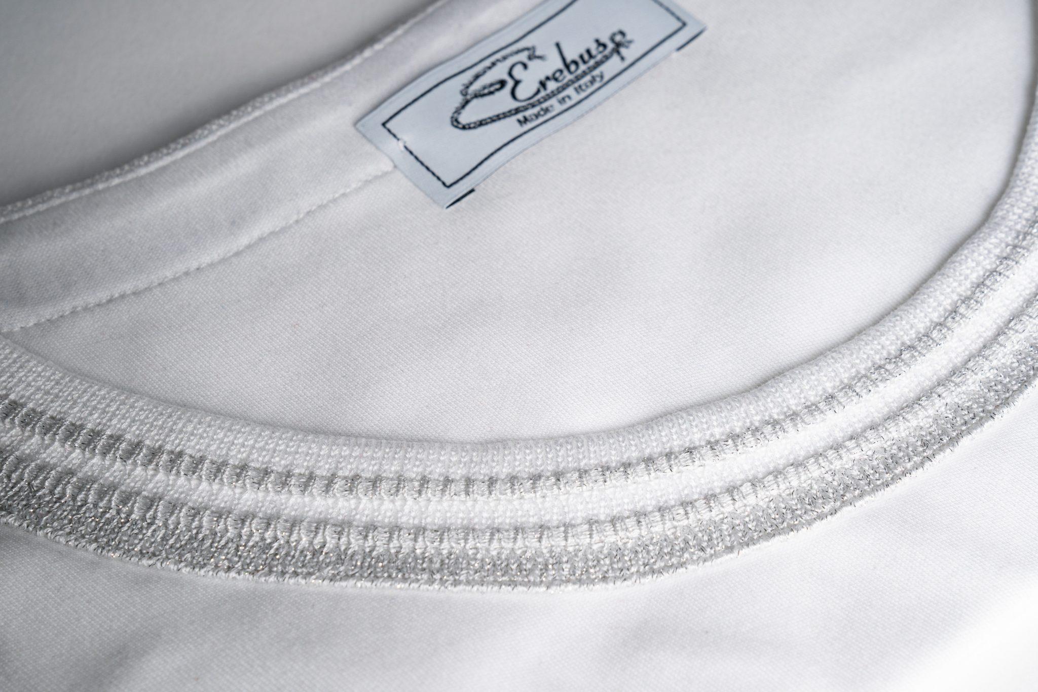 Dettaglio Scollo jaquard tshirt bianca e argento
