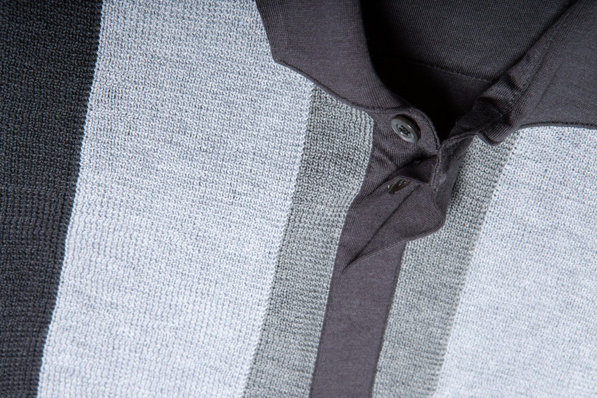 Dettaglio del colletto di polo grigia Erebus